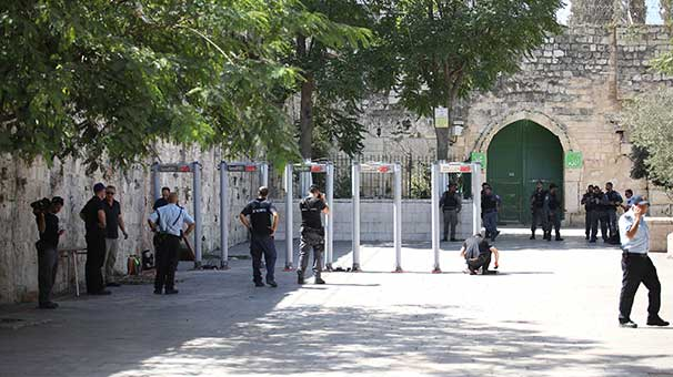 Katil İsrail polisi Mescid-i Aksa'nın kapılarına metal dedektörleri kurdu