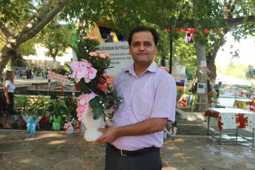 Kaymakam Köken'e gelen çiçekler açık arttırmayla satıldı