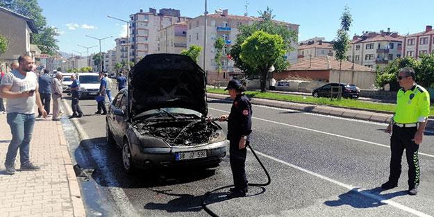 Kentte seyir halindeyken yanan otomobil küle döndü