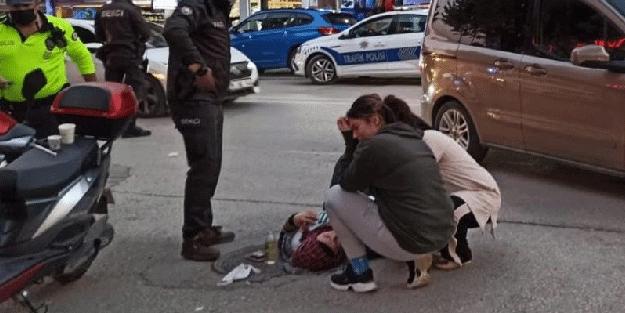 Kaza geçiren annesinin başında gözyaşlarını tutamadı