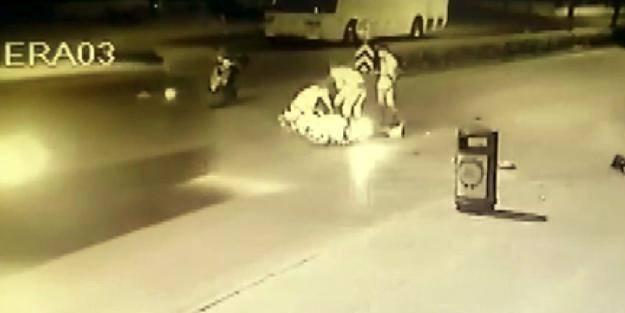 Kazaya yardım ederken minibüsün altında kaldılar