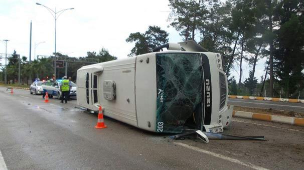 Kemer'de tur midibüsü devrildi: 13 yaralı