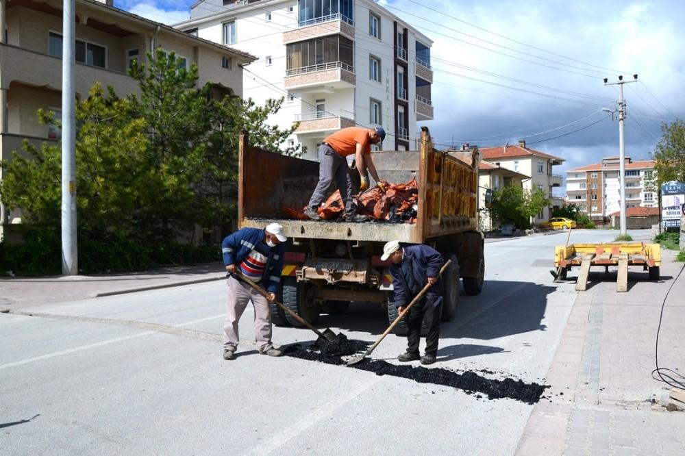 Kırşehir Belediyesi, kilit parke ve yol bakım çalışmalarını sürdürüyor