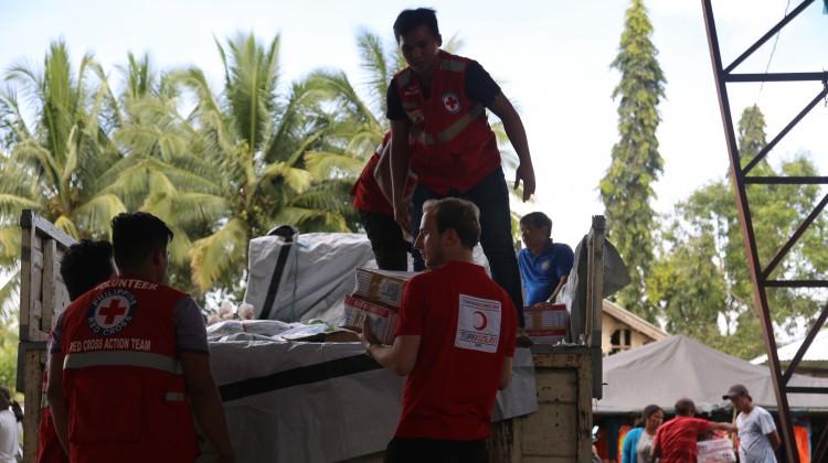 Kızılay Filipinler'de insani yardım dağıttı