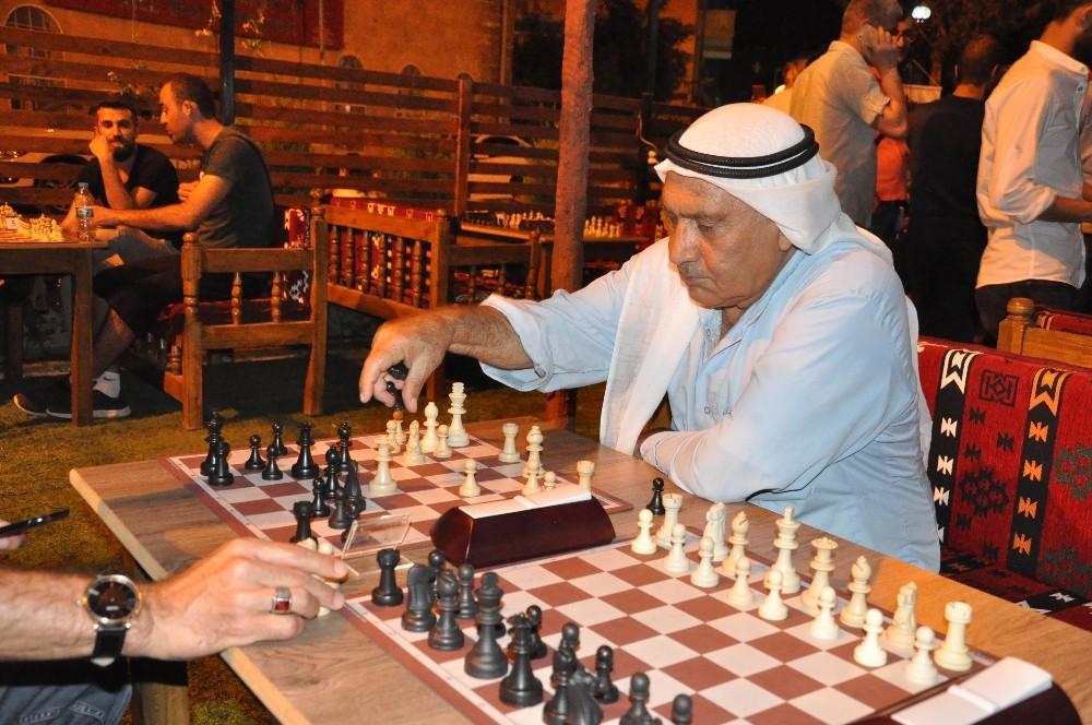 Kızıltepe'de vatandaşlar sahura kadar satranç oynuyor