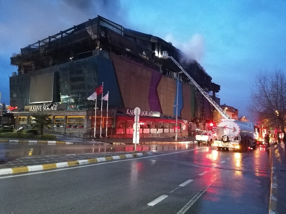 Kocaeli'deki AVM yangınında havanın aydınlanmasıyla hasar gün yüzüne çıktı