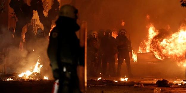 Komşu ülke polis kurşunuyla ölen genci anarken karıştı