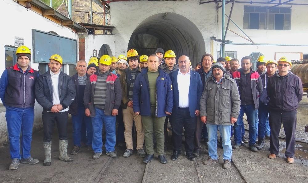 Kömür ocağında çalışan işçiler maaşlarını zamanında alamadıkları için iş bıraktı