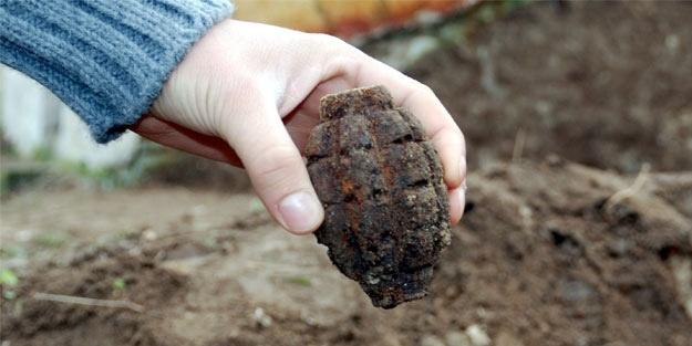 Kömürlükte el bombası buldu!
