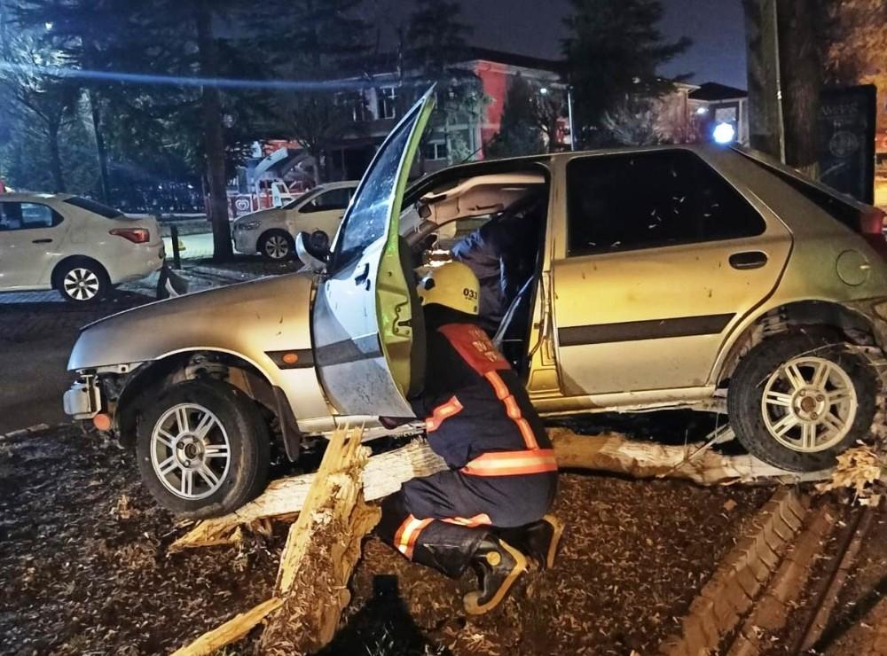 Kontrolden çıkan araç ağaca çarparak durabildi