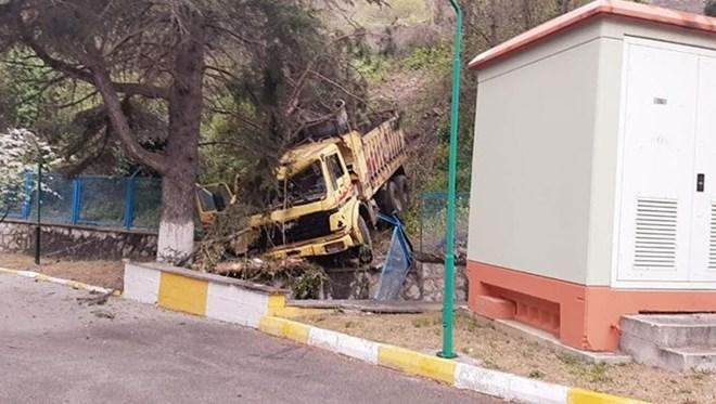 Kontrolden çıkan kamyon su tesisine uçtu: 1 öldü, 2 kişi yaralandı