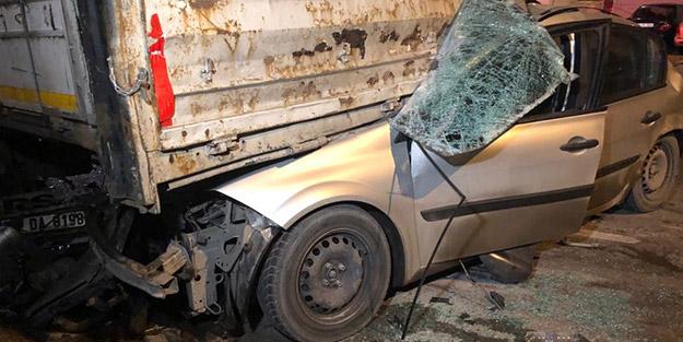 Kontrolden çıkan otomobil, TIR'ın altına girip alev aldı