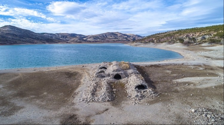 Konya'da baraj suyu çekilince, Selçuklu hanı ortaya çıktı