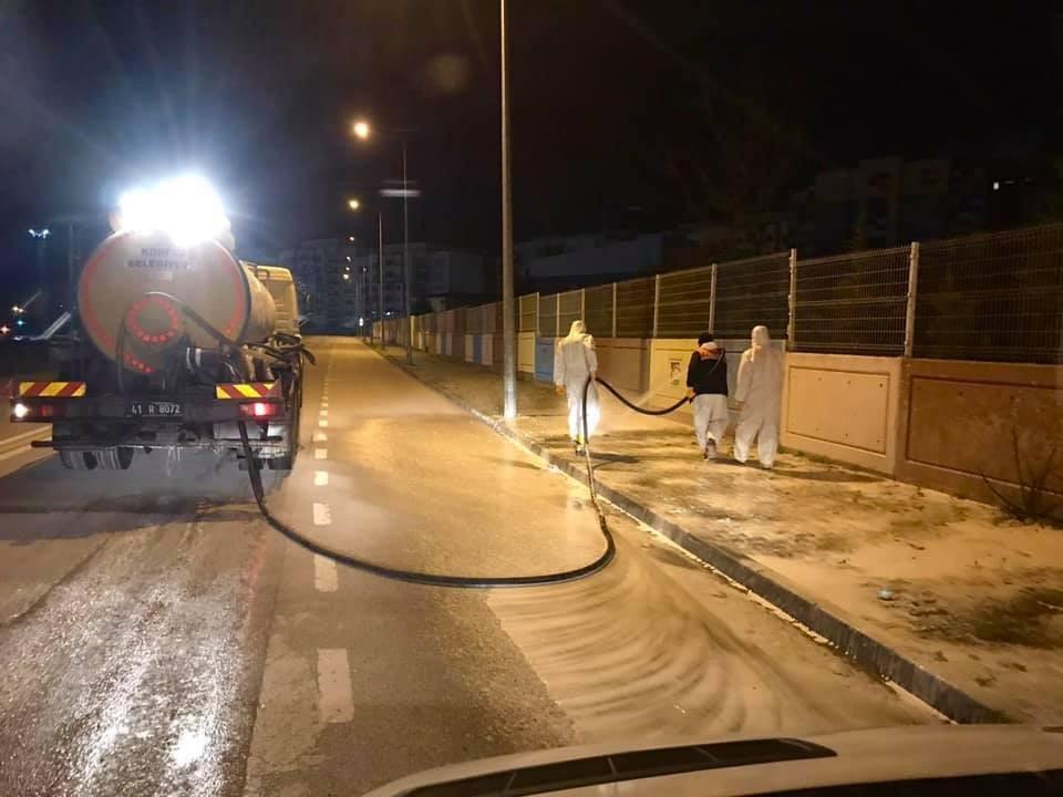 Körfez'de cadde ve sokaklar sabunlu suyla yıkanıyor