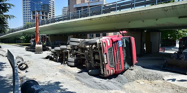 Korku dolu anlar! İstanbul'da yol çöktü, ekipler sevk edildi