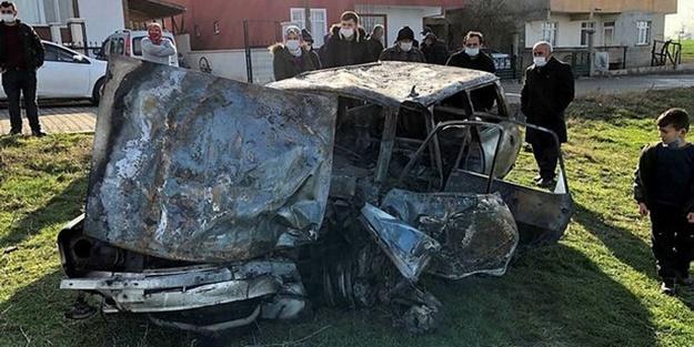 Korkunç kaza! Minübüsle çarpışan otomobil küle döndü