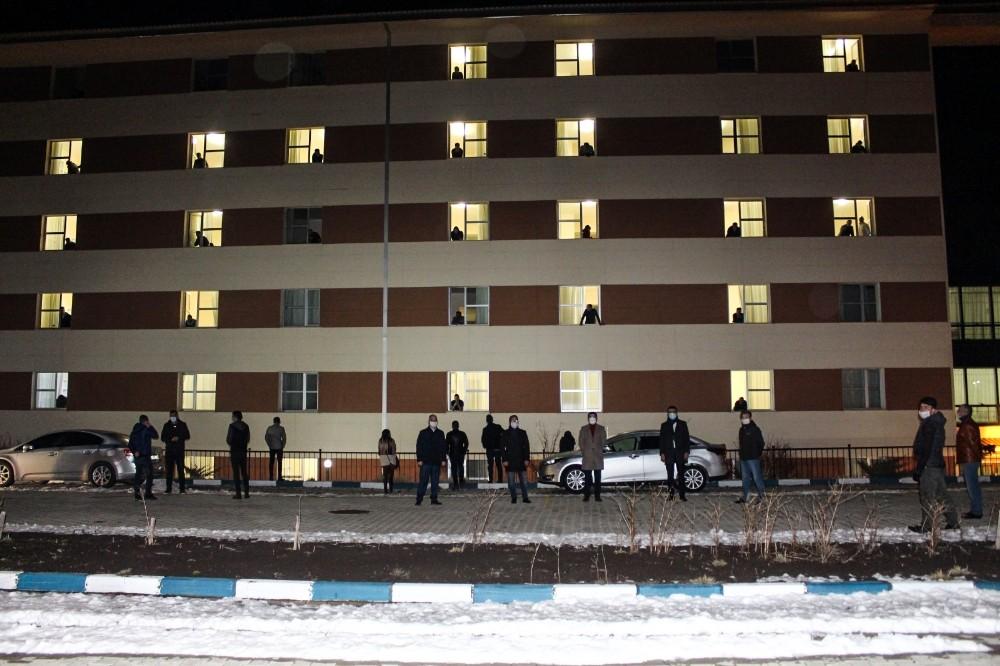 Korona virüs nedeniyle yurtlarda kalan cezaevi personeline alkışlı destek