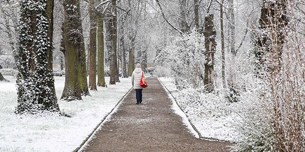 Koronavirüsle boğuşan Avrupa ülkesinde kar sürprizi! Caddeler beyaza büründü