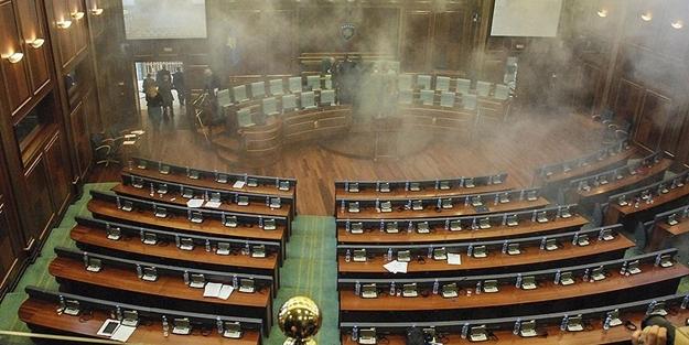 Meclise gaz bombası atıldı