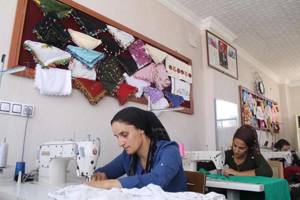 Köy kadınları meslek öğrenip aile bütçesine katkı sağlıyor