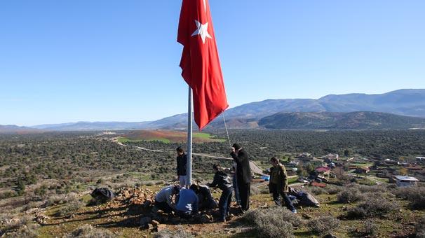 Köylüler Afrin sınırına dev Türk bayrağı astı