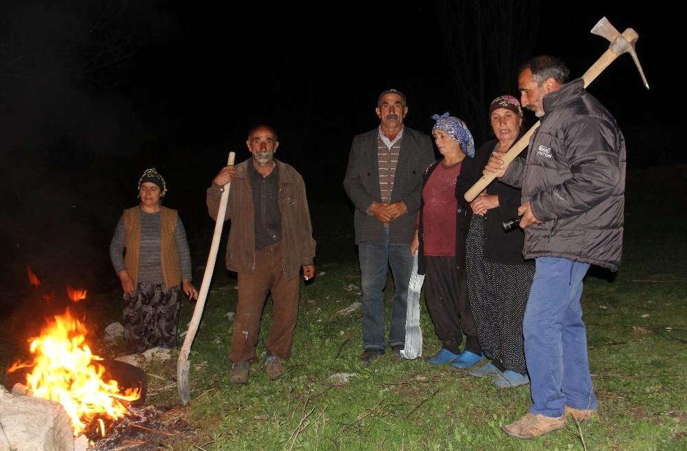 Köylülerin kazma, kürekli ayı nöbeti