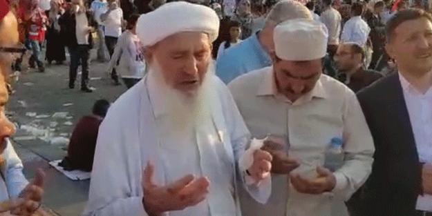 Külliye önünde dua eden amca!