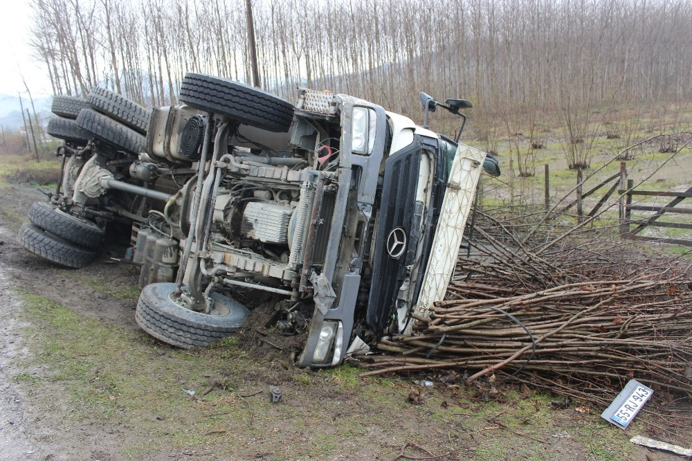 Kum yüklü kamyon yan yattı: 1 yaralı