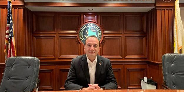 """Kur'an-ı Kerim'e el basarak yemin etti! ABD'nin ilk Türk belediye başkanı Tayfun Selen, """"Freeholder"""" görevlilerinden biri oldu"""