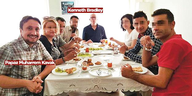 İşadamı Bradley misyoner papazla aynı masada