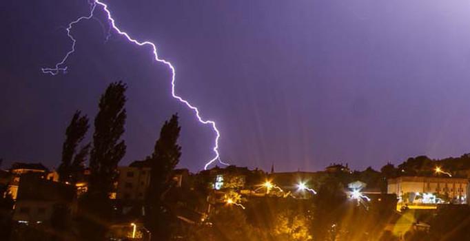 Kütahya'da çatısına yıldırım düşen ev alev alev yandı