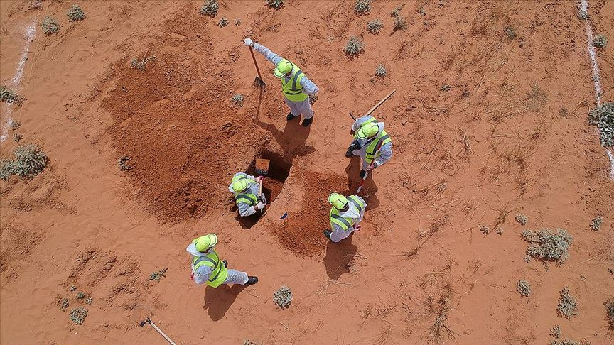 Libya'da Hafter milislerinden kurtarılan Terhune'de toplu mezar kazı çalışmaları sürüyor