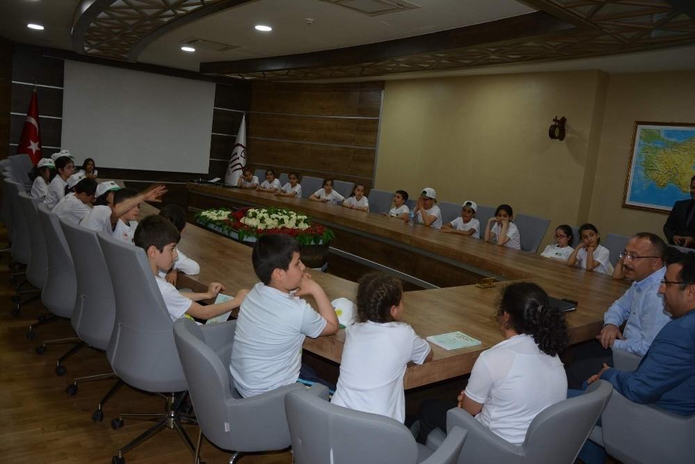 Lider çocuk tarım kampı öğrencileri Vali Atik'i ziyaret etti