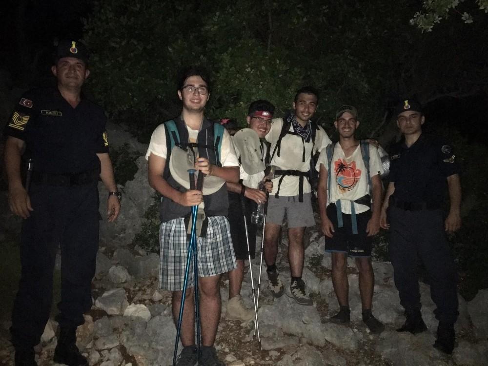 Likya yolunda kaybolan gençler jandarma tarafından kurtarıldı