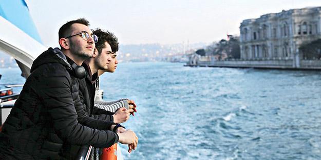 Liseliler İstanbul Boğazı'nın tadını çıkarıyor