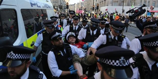 Londra karıştı: Gözaltı sayısı bine yaklaştı!