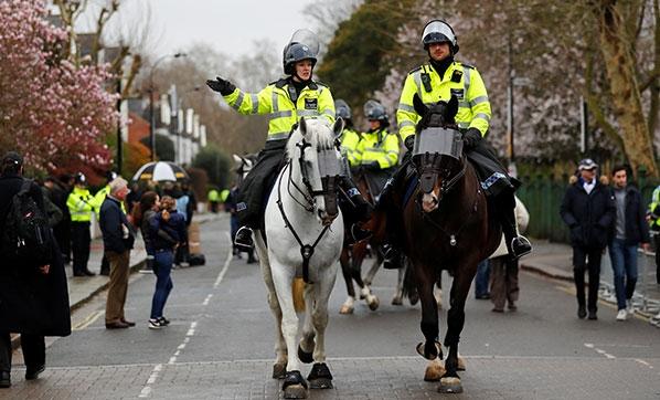 Londra'da cami önündeki Müslümanlara saldırı!