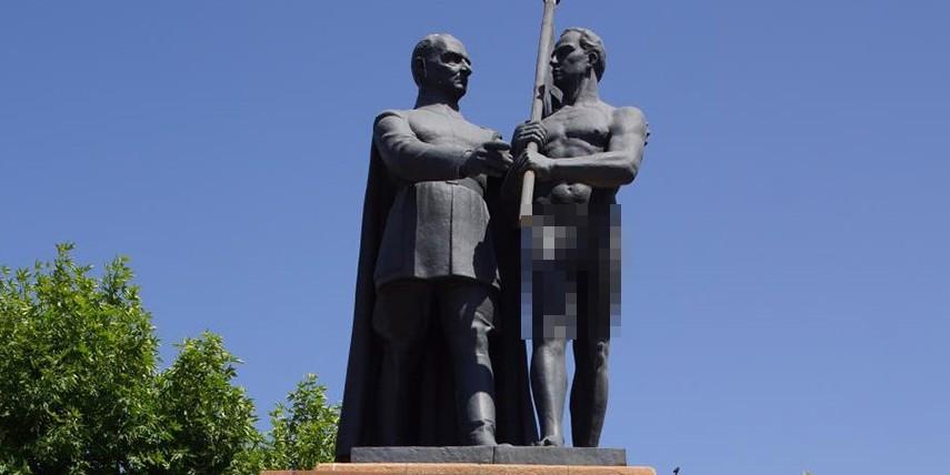 M. Kemal'in yanı başında donsuz heykel!