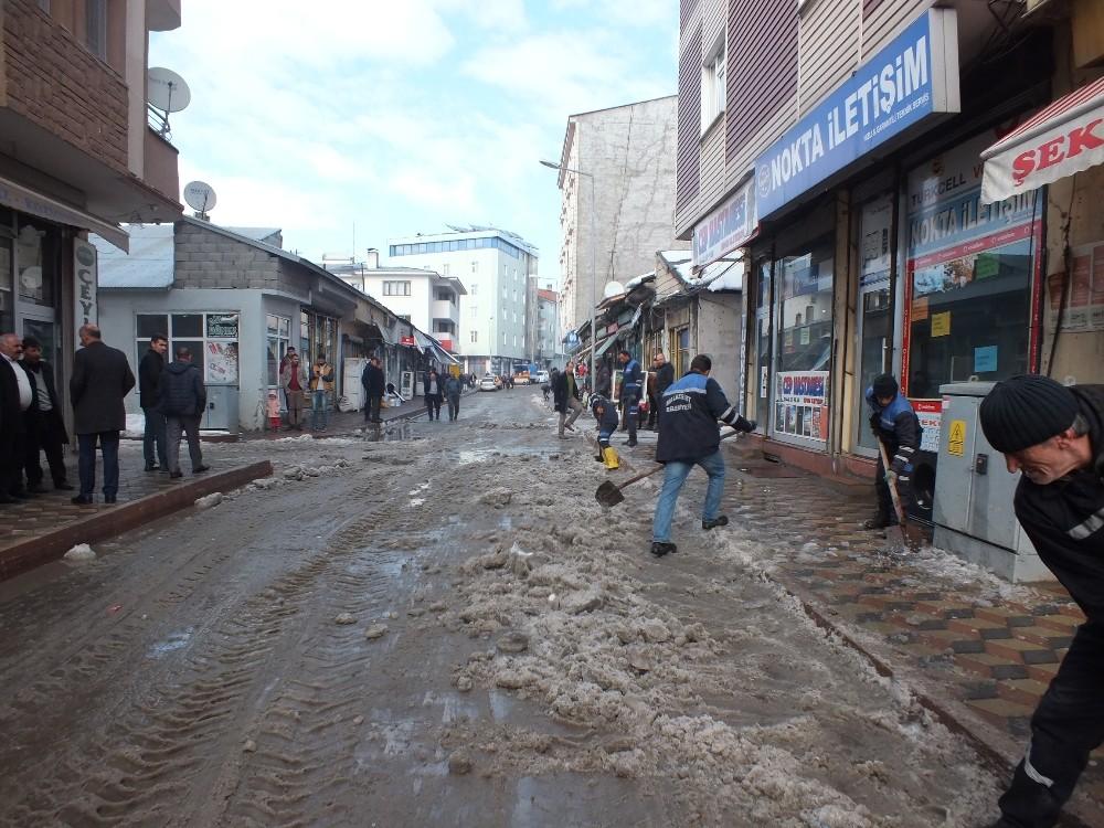 Malazgirt'te kar temizleme çalışmaları devam ediyor