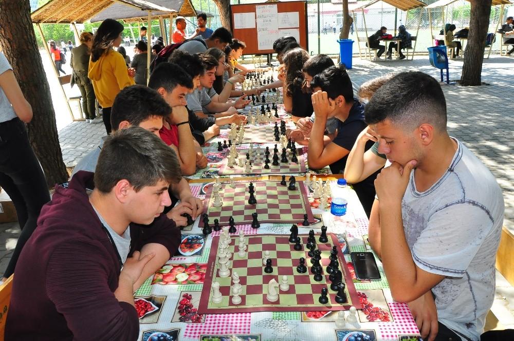 Manisa'da satranç turnuvası ödülleri sahiplerini buldu