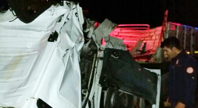 Mardin'de araçta sıkışan sürücüyü itfaiye kurtardı