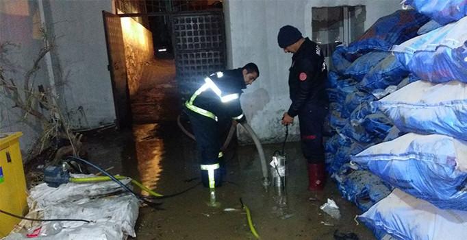 Mardin'in Derik ilçesinde aşırı yağış sele dönüştü