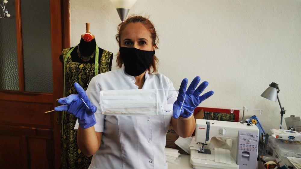 Marmarisli öğretmenler Korona virüsle mücadele için evlerinde maske üretiyor