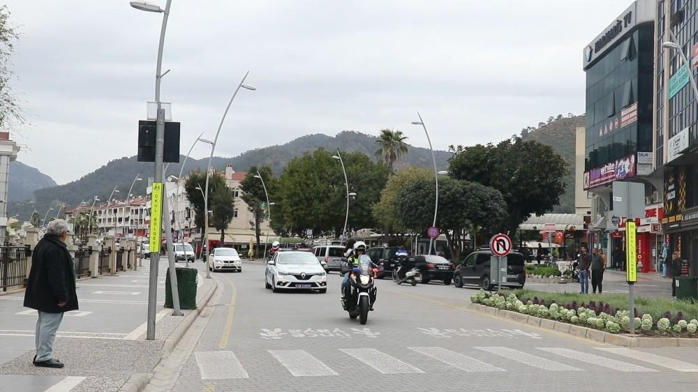 Marmaris'te polis ekipleri sokak sokak dolaşarak evde kalın çağrısı yaptı