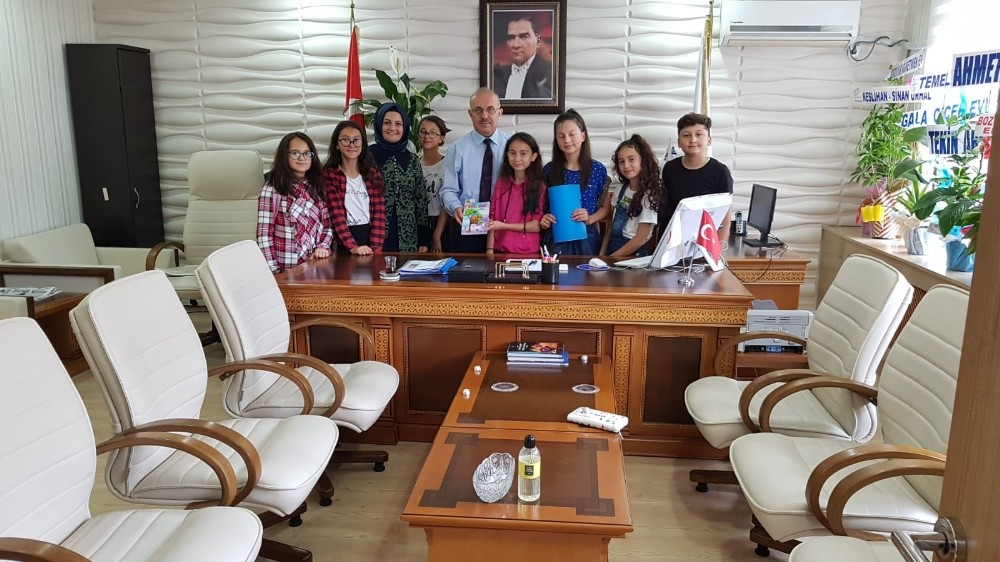 Masal Ağacı kitabının mimarları İlçe Milli Eğitim Müdürü Mahmut Demir'i ziyaret ettiler