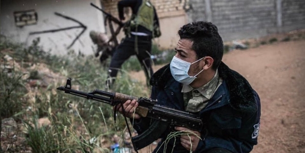 Maskeli çatışma! Virüslere karşı mücadele sürüyor
