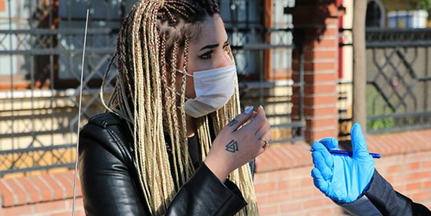 Maskesiz kadın polisi tehdit etti