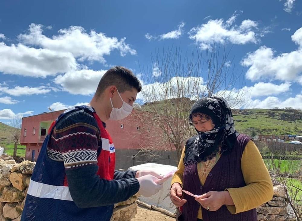 Mazıdağı'nda sosyal yardım paraları evlerde teslim ediliyor
