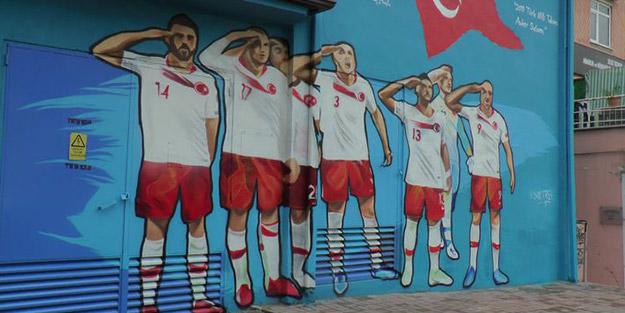 Mehmetçiğe asker selamıyla destek veren Milli Takım duvara çizildi
