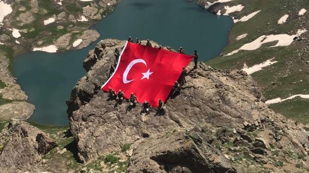 Mehmetçik 'girilemez' denilen yerde dev Türk bayrağı açtı